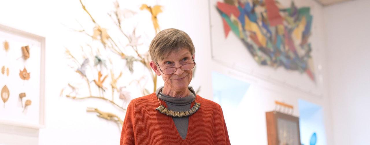 OMVISNING: Guldsmed Hanne Behrens viser rundt i særudstillingen